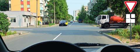 Вы намерены продолжить движение прямо. Кому следует уступить дорогу?