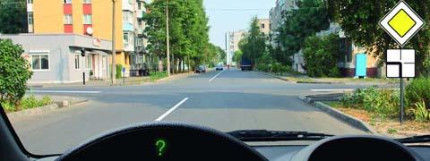 Вы намерены продолжить движение по главной дороге. Обязаны ли Вы включить левые указатели поворота?