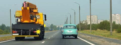 Обязаны ли Вы, двигаясь по правой полосе, уступить дорогу водителю автомобиля, который намерен перестроиться на Вашу полосу?