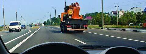 По какой полосе Вы можете продолжить движение, опередив грузовой автомобиль в населенном пункте?