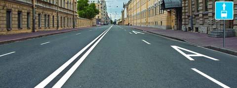 Какие из перечисленных транспортных средств имеют право двигаться по полосе, обозначенной разметкой «А», на которую распространяется действие дорожного знака, расположенного справа от дороги?