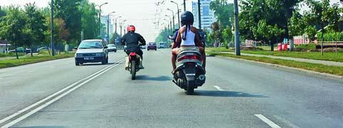 Кто из мотоциклистов занял правильное положение на полосе движения?