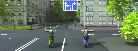 Такой сигнал рукой, подаваемый мотоциклистом, движущимся по левой полосе информирует: