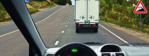 Разрешено ли Вам в конце подъема перестроиться на среднюю полосу для опережения грузового автомобиля?