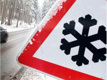 дорожный знак в снегу