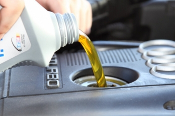 доливаем масло в двигатель